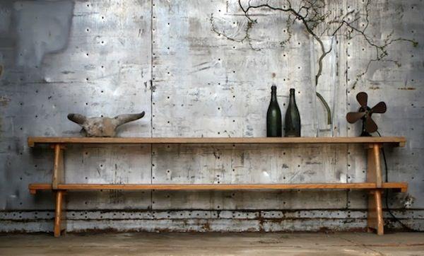 Широко используются в этом стиле предметы мебели из железа, а также грубого дерева. Основная цветовая палитра состоит из серых и коричневых цветов.