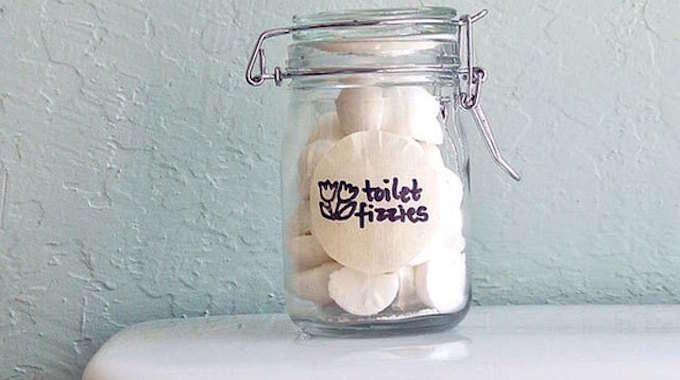 Envie de garder vos toilettes propres et parfumées? Voici une astuce faite maison quiva vous simplifier la vie. Vous allez pouvoir nettoyeret éliminerles mauvaises odeurs de vos toilettes