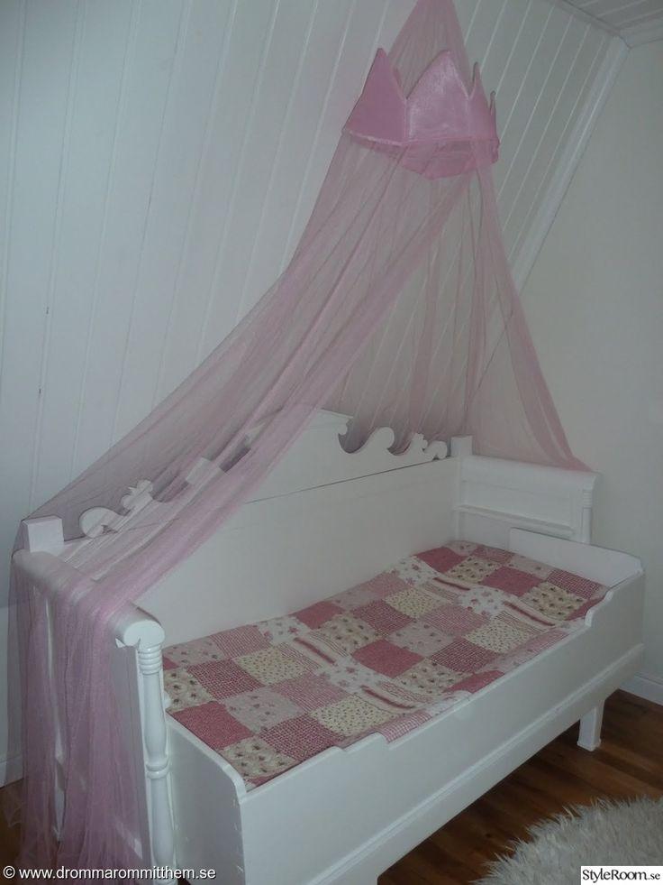 säng,barnsäng,flicksäng,flickrum,kökssoffa,soffa,sänghimmel,lapptäcke,rosa,barnrum