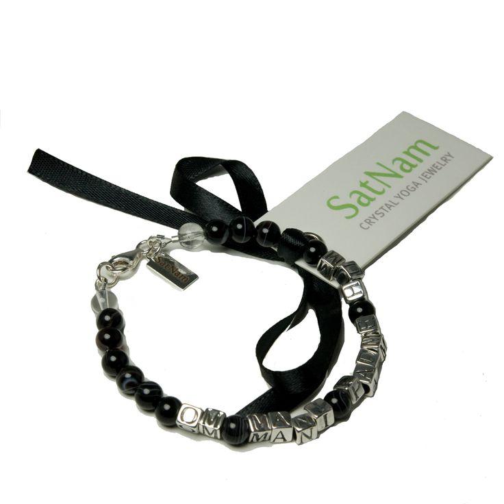 Yogasmycken - handgjort armband med pärlor i svart agat och det tibetanska mantrat Om mani padme hum i sterling silver. #yogasmycken #yogasmycke #yogaarmband #agat #mantra #mykarma #satnam #satnamyogajewelry
