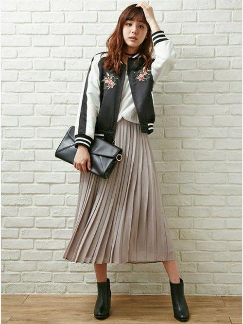 トレンドのプリーツスカートに黒小物でスパイスを利かせたコーデ★  メンズライクなスカジャンも、花柄刺