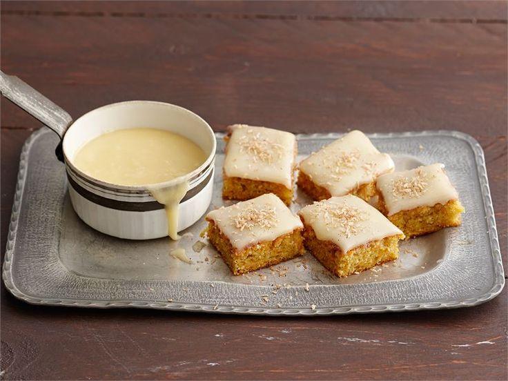 Porkkanakakku on suosikkileivonnainen, jossa sulatejuustokuorrutus kätkee alleen mehevän kostean leivonnaisen.