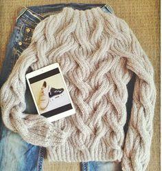 Картинки по запросу свитер скосами на девушку