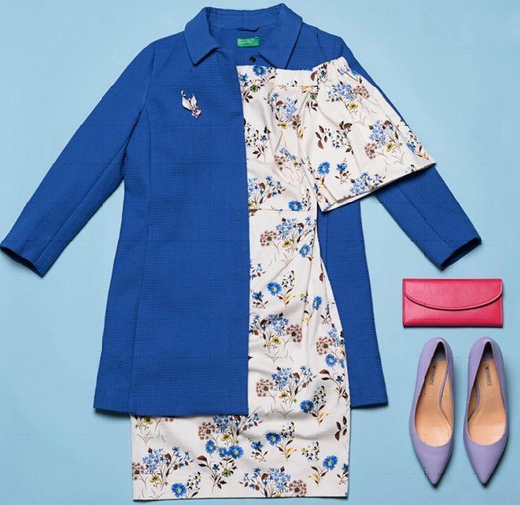 Синее пальто, платье в цветочек, сиреневые туфли, малиновая сумка