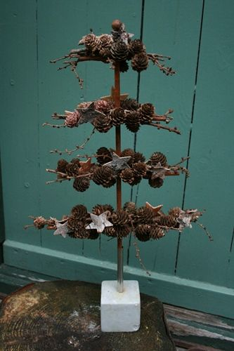 Juletræ i jern bundet med lærkekogler