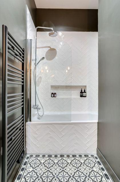 Une salle de bains avec sol imitation carreaux de ciment