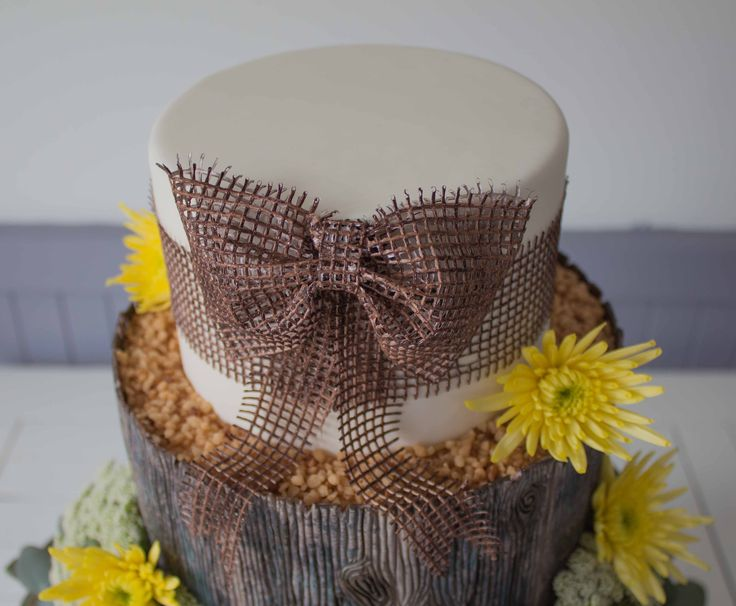 Woodland cake: edible hessian bow made using Crystal Candy signature blend and their hessian silicon mould.