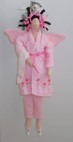 Boneca Tilda com roupão atoalhado, corpinho e calça em tecido algodão.