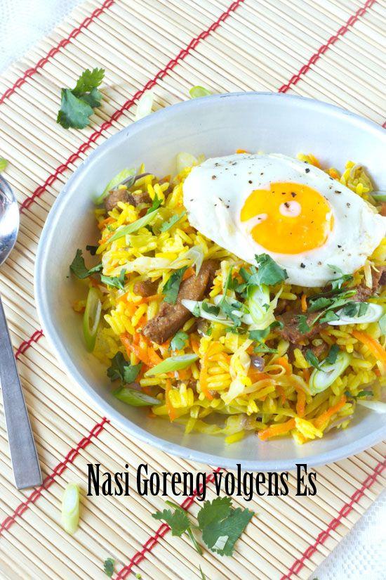 Nasi goreng volgens Es. Een paar tips om nasi goreng te maken. En een recept zoals Es het maakt. Simpel, snel en makkelijk. Rijst, ui, knoflook en trassi.