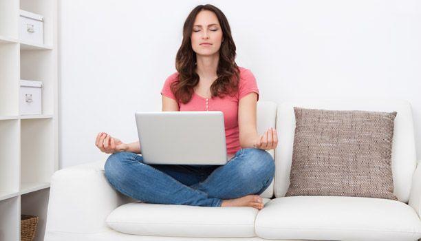 Guide: Sådan kommer du i gang med yoga hjemme i stuen