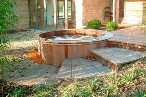 Des photos de spas en bois / bain nordique en situation, installés en extérieur comme en intérieur, en France et à l'étranger. De beaux jacuzzi, en bois.