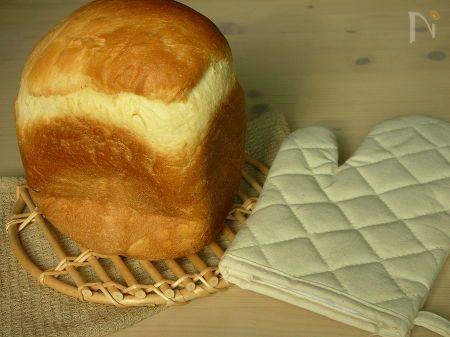 ホームベーカリーで作る大好きな食パン。とってもフワフワでカルピスの甘みと酸味がほんのりと感じられて幸せな気分にさせてくれる感動の食パンです♪材料は一斤用の分量です。