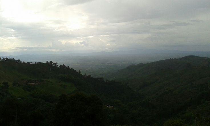 Paisaje de montaña desde cafe San Alberto Buenavista Quindio Colombia
