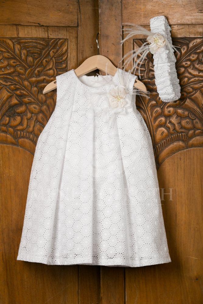 Βαπτιστικά ρούχα για κορίτσι της Stova Bambini λευκό βαμβακερό μπροντερί με χειροποίητο λουλούδι μπουτονιέρα