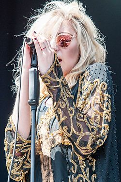 Taylor Michel MomsenBorn July 26, 1993 American Singer, Songwriter,  Former Actress,  Model.  She is known for being the lead singer and frontwoman of the American rock band  The Pretty Reckless She is also known for portraying the character of Jenny Humphrey on the CW series Gossip Girl (2007–2012) and Cindy Lou Who in the film Dr. Seuss' How the Grinch Stole Christmas (2000) ✖️✖️✖️✖️