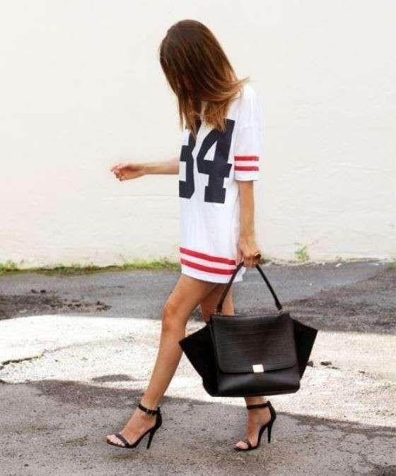 Maxi maglia sportiva e sandali - Stile sporty con abito felpa e sandali neri