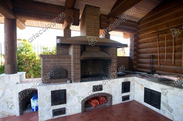 Многофункциональная печь на террасе гостевого дома-бани