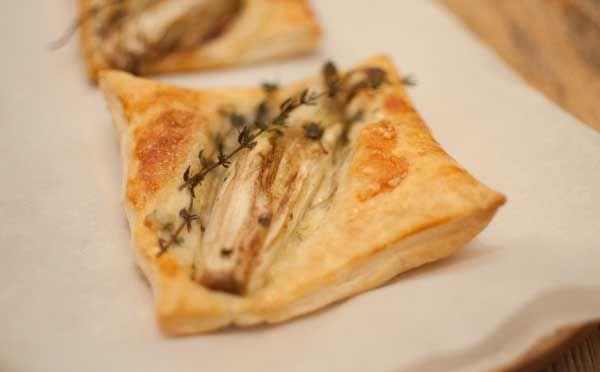Witloftaartjes met gorgonzola en honing; een lekker bijgerecht met veel smaak.