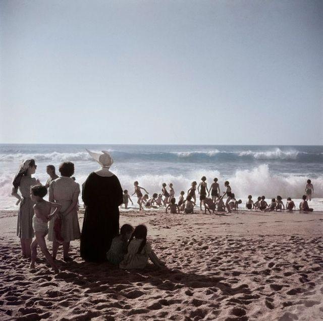 ロバート・キャパ (Robert Capa) > ビアリッツの浜辺の女 (フランス, 1951)