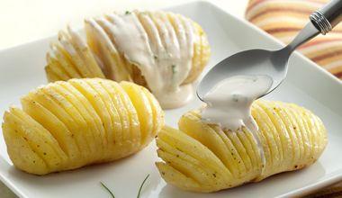 Espeto de batatas servidas ao molho de requeijão, shoyu e cebolinha