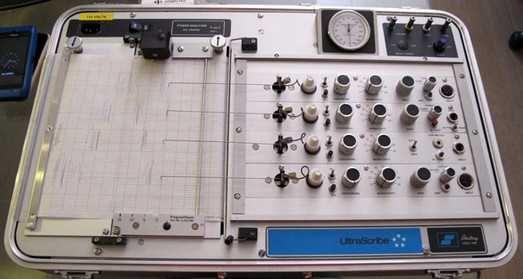 ¿De qué manera se puede engañar al detector de mentiras?  Los polígrafos o máquinas detectoras de mentiras graban tres tipos de señales vitales: presión sanguínea, etc...