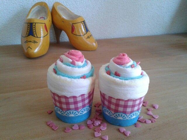 Diaper cupcakes babyshower diy.  Cupcakes van luiers, spuugdoekje en een sokje als kers. Cupcakevorm van de action. Makkelijk om zelf te maken! Leuk als kleinigheidje bij bevalling of babyshower.