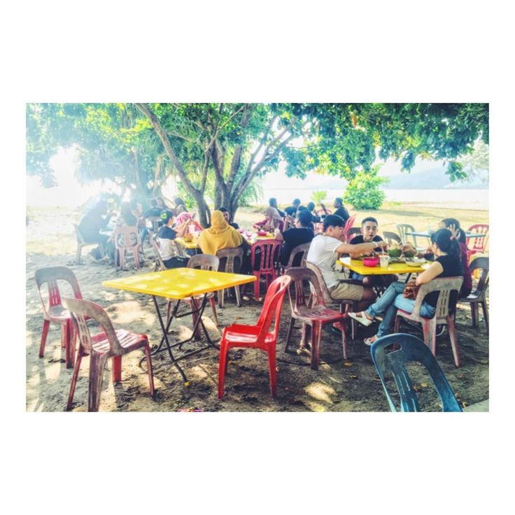 ランカウイ島は金曜日がオフ マレーシアでは 金曜日と土曜日がオフです 金曜日には家族やカップルが 屋外で良く外食してます  緑の多い自然豊かな浜辺で 現地の友人たちとランチを楽しみました  #ランカウイ島 #ビーチ #海外移住 #世界周遊 #マレーシア #マレーシア生活 #マレーシアごはん #マレーシア航空 #マレーシア人 #ランチ #ランチ #浜辺ランチ #金曜日 #金曜日最高