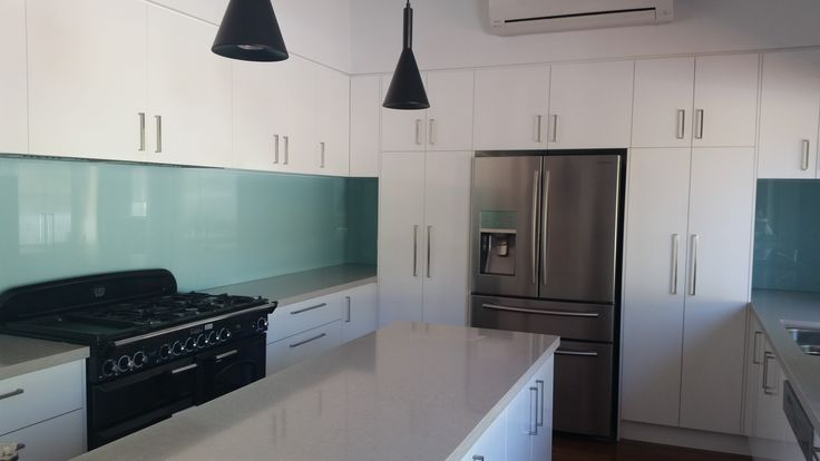 This Clear pool glass splashback gives this Perth kitchen a nice clean crisp look. www.asplashofglass.com