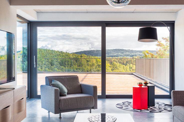 La grande baie vitrée est la solution idéale pour profiter au maximum de la lumière naturelle.  #Oknoplast #fenêtre #design #décoration #aménagement #habitat #salon
