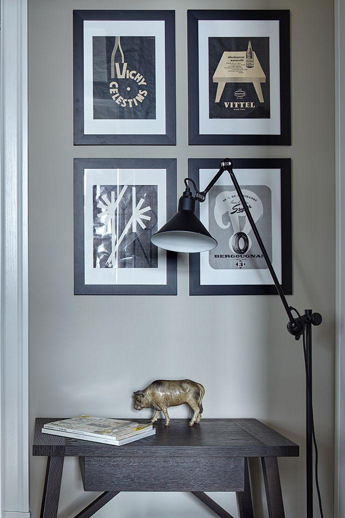 Теплоту этому ахроматическому интерьеру придает деревянный паркет елочкой, а богемность — высоченные потолки с лепниной и эклектично сочетающиеся предметы декора и искусства.