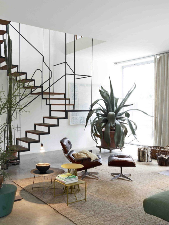 Escalier métal très léger - jeu de tiges fines très graphique #metal #staircase