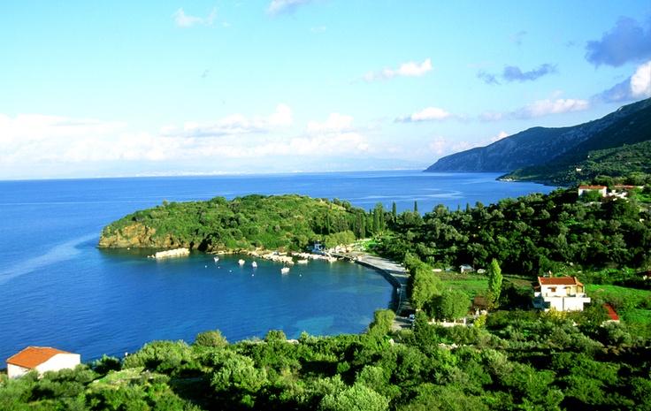 GLÜCKSGEFÜHL. Samos, hier sorgt man mit dem berühmten griechischen Wein  und echter Lebensfreude für Wohlfühlgarantie.