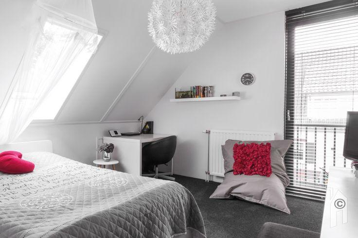 Schuurwoning van Woonsubliem. Slaapkamer met franse balkon.