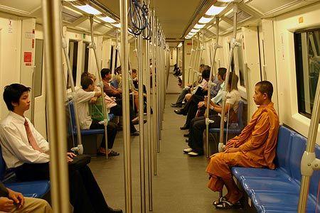 2004年に開通したばかりの地下鉄は、まだ真新しい。ホテルの近く、ホアランポーン駅 Hua Lamphong Stationから乗る。切符はなく、行先を券売機の画面で選ぶと、ICチップが埋め込まれたコインが出てきて、これを自動改札にかざすと中に入ることができる。こんな一つ一つが、新鮮。2004/9 バンコク・メトロ Bangkok Metro ブルー・ライン線 車内(タイ王国 Kingdom of Thailand)© 2010 風旅記(M.M.) 風旅記以外への転載はできま...