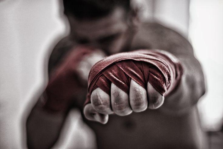 Billy moest van zijn vader en zijn broer op boksles. Dit deed hij niet graag want hij kon zich niet goed verdedigen.