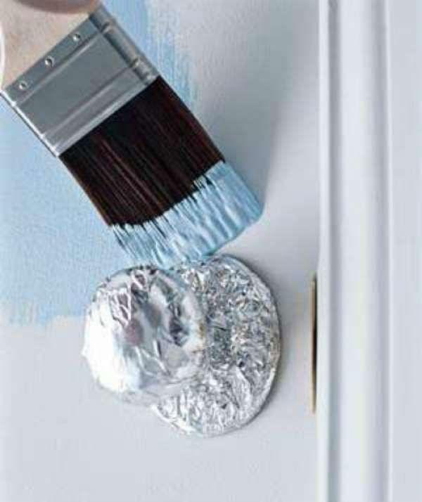 Couvrir les poignées de porte avec du papier aluminium