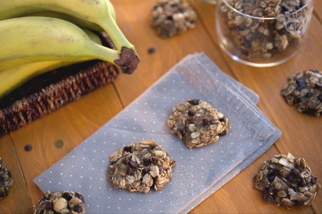 I biscotti due ingredienti sono dei gustosi dolcetti realizzati semplicemente con muesli , banane e delle golose gocce di cioccolato.