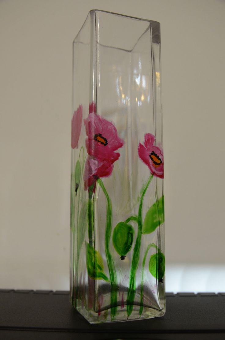 Pierwszy wazon, na którym malowałam. Maki wyszły różowe, bo najzwyczajniej w świecie nie miałam czerwonej farby;), ale teraz już ubytek ten został naprawiony. Nie wiem, czy wazon spodoba się, ponie…