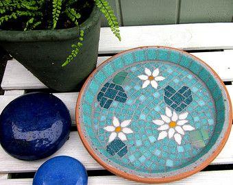 Het ontwerp Dit mozaïek egel heeft een regenboog van kleuren van de wervelkolom met paars uit pruim aan lavendel, Groenen uit appels met jade en blues van aqua naar hemel. De rand en de achtergrond zijn een diepere hemelsblauw. Het is een geweldig design kleur toevoegen aan uw tuin in een rand of op een patio of dek.  Deze aanbieding is voor de vogel Bad schotel alleen. De schotel kan vrijstaand worden gebruikt op de grond. Of u kon het opstaan op een upturned terracotta bloempot, rond…