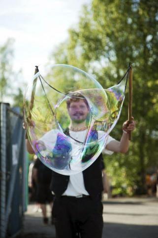 Riihimäki-viikkoon liittyvässä Asematapahtumassa 2015 lapset ja aikuiset pääsivät Circus Johkun saippuakuplataiteilijan johdolla itse tekemään jättimäisiä saippuakuplia Telluskadulla. Kuva: Circus Johku