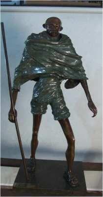 EL HOMBRE DE LA PAZ TITULO:       EL HOMBRE DE LA PAZ  MATERIAL:  bronce a la cera perdida  AUTOR:        pedro pablo murillo cano  MEDIDAS:    1.00*0.43*0.31