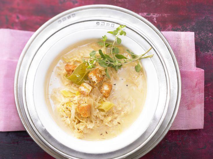 Feine Sauerkrautsuppe mit Orangenschale und Croûtons |http://eatsmarter.de/rezepte/feine-sauerkrautsuppe