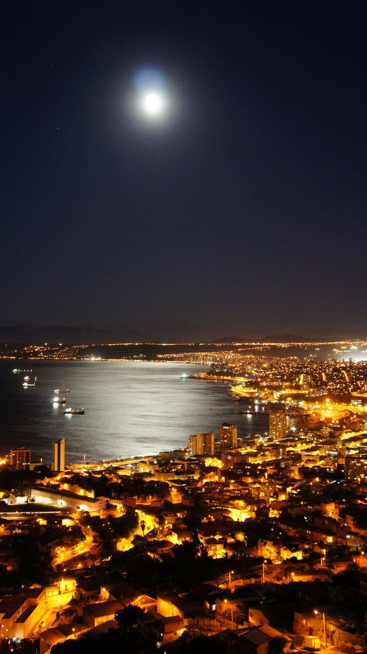moonlight on Valparaiso - Chile... I have always wanted to go here... I need to go here with you.❤ Luz de la luna en Valparaíso