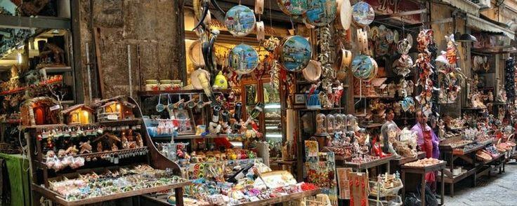 Via San Gregorio Armeno è una strada del centro storico di #Napoli, famosa in tutto il mondo per la presenza di caratteristiche botteghe artigianali di presepi. #Naples