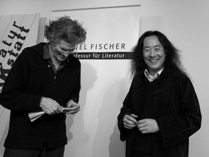 #David Hinton und #Yang Lian bei der Lesung der #Samuel Fischer Gastprofessur in der Literaturwerkstatt Berlin. © Foto: Phil Dera