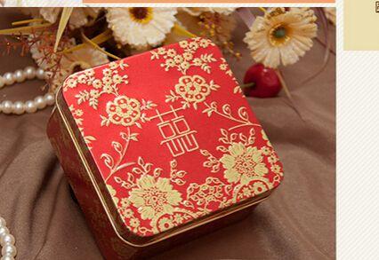 50 stks/partij gratis verzending chinese stijl bruiloft bonbondoos tin gelukkig bloem vierkante rode snoep doos 6*6*4.2 cm in   Materiaal: tinKleuren: als de foto laat zienGrootte: 6*6*4.2cmFunctie:vierkante vormPakket:50pcs/lot snoep van Event& party benodigdheden op AliExpress.com | Alibaba Groep