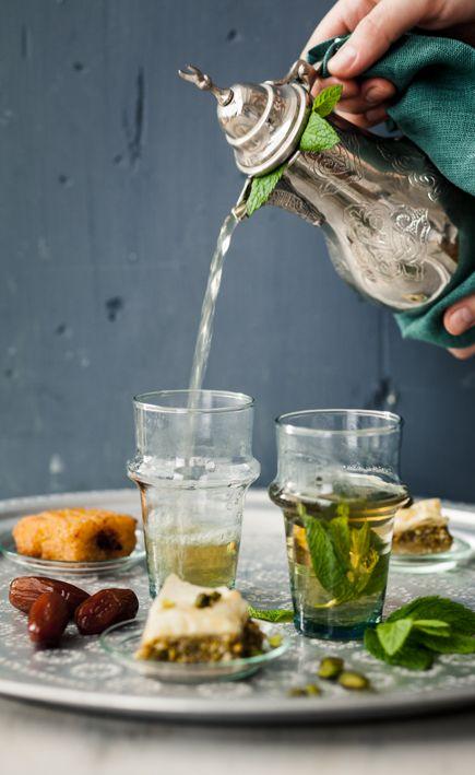 Morrocan mint tea Un dîner à Marrakech Stylisme : Coralie Ferreira Photographie : Virginie Garnier Hachette Pratique 2013