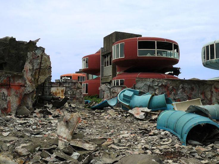 San Zhi  Está situado en las afueras de Taipei, en Taiwan, y se construyó a principios de los 80 como lugar de residencia de lujo, pero con el correr del tiempo fue totalmente abandonado, según dicen, debido a las constantes muertes humanas que cobró en su construcción.