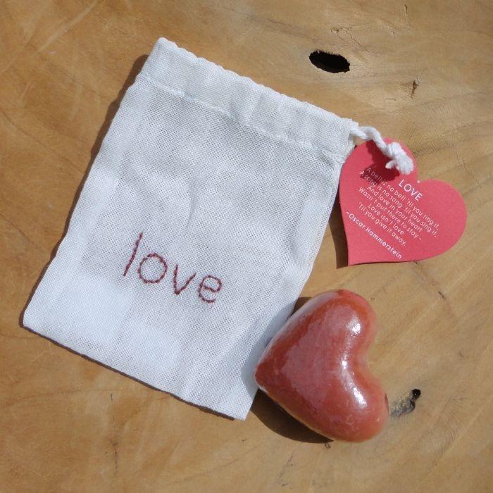 Fair Trade zakje liefde van Soap-n-Scent. Dit zakje bevat een handgemaakt zeepje met de geur Jasmine Rice. Deze handgemaakte zeep van jasmijn rijst is een perfecte scrubzeep welke de dode huidcellen verwijderd, terwijl het de huid reinigt en gladmaakt. Geschikt voor de normale huid. Op het kaartje staat een mooie spreuk en het zakje is ook als scrub te gebruiken. Leuk om cadeau te geven.