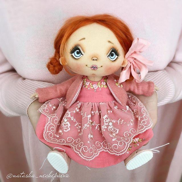 Берём дочь, розовый кардиган, куклу, телефон. Кардиган одеваем на дочку так, чтобы спинка кофты была впереди (скрываем, что модель в пижаме ), садим куклу в ладошки, дочке - не шевелиться, кукле - не моргать, мне - не дышать и вуаля !!! Ну не совсем вуаля, конечно - ещё выбрать одну фотографию из сорока нужно ! #бытьмодельюнелегко#спасибокардигану#текстильнаякукла#авторскаякукла#интерьернаякукла#коллекционнаякукла#куклаизткани#куклавподарок#кукласвоимируками#ручнаяработа#подарок#ек...